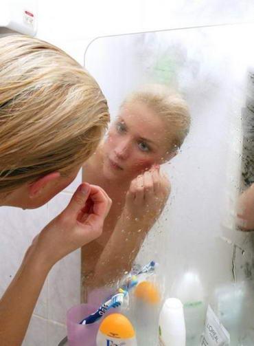 Девушка перед зеркалом в ванной