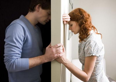 Мужчина и женщина возле стены