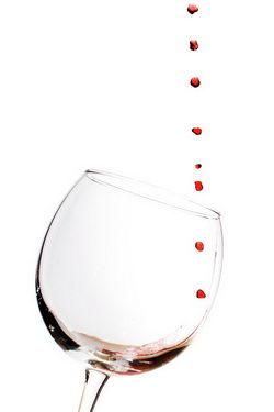 Бокал вина и капли