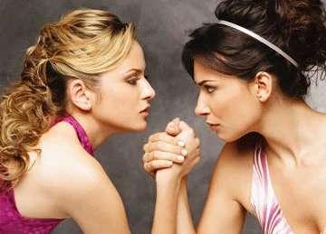 Две девушки борятся