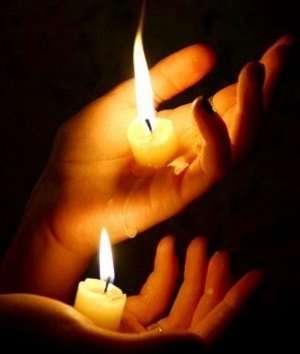 2 свечки в руках