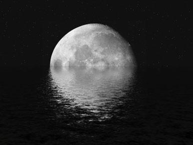 Большая луна на фоне воды
