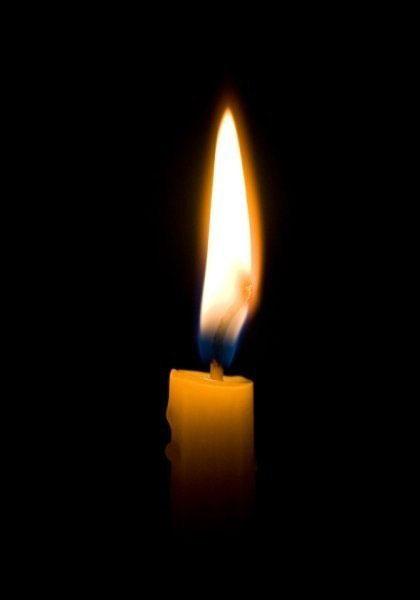 Церковная свеча горит