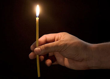 Церковная свеча в руке