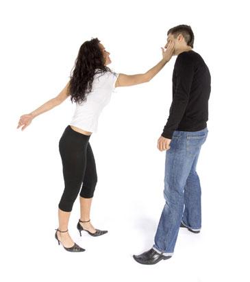 Девушка дает пощечину парню
