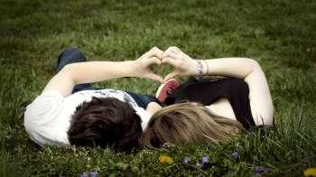 Девушка и парень лежат на траве