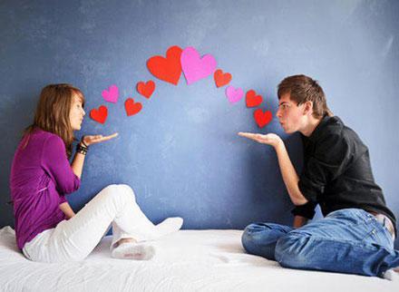 Девушка и парень с сердечками