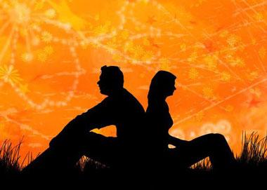 Девушка и парень сидят спина к спине