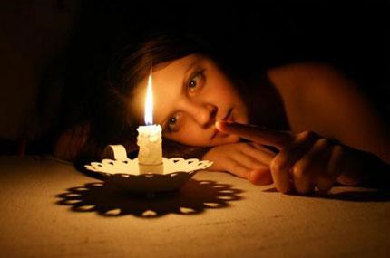 Девушка и свеча фото