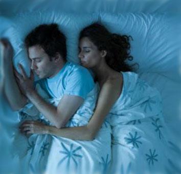 Девушка обнимает парня во сне