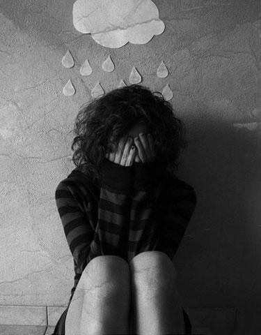 Девушка плачет под нарисованной тучкой