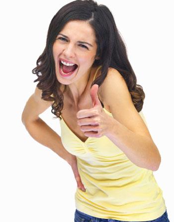 Девушка смеется и показывает ОК