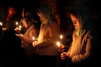 Девушки со свечами в церкви