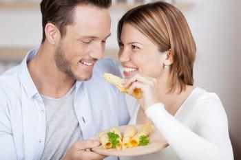 влюбленные пробуют еду
