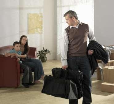 Муж уходит с сумкой