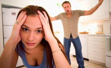 Мужчина кричит, девушка держится за голову