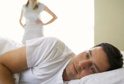 Мужчина в постели в депрессии