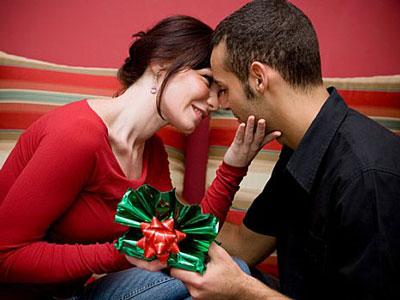 Мужчина дарит подарок девушке