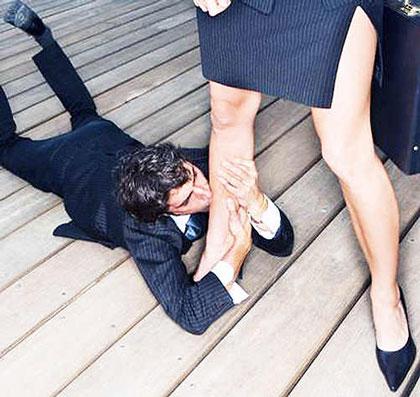 Парень целует ноги девушки