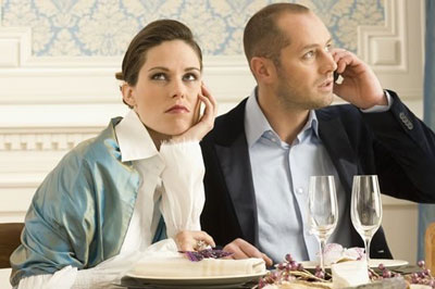 Парень говорит по телефону при девушке
