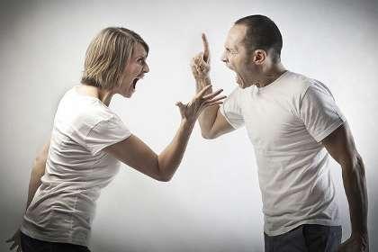 Парень и девушка кричат