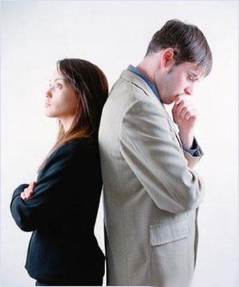 Парень и девушка стоят спина к спине