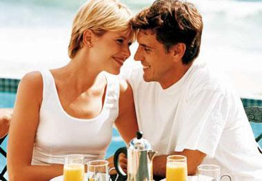 Парень и девушка улыбаются и обнимаются