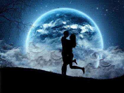 Парень обнимает девушку при луне