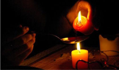 Растопленный воск свечи переливают в ложку
