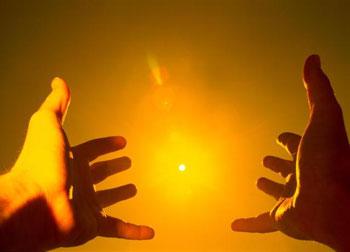 Руки тянутся к солнцу