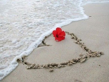 Сердечко из песка на пляже