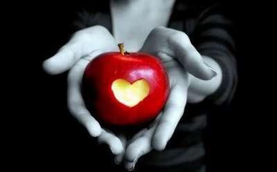 Вырезанное в яблоке сердце