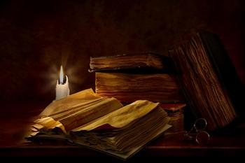 свеча и старинная книга