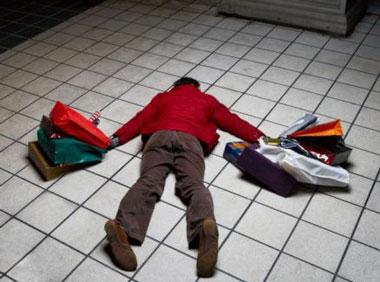 Человек с пакетами лежит на полу