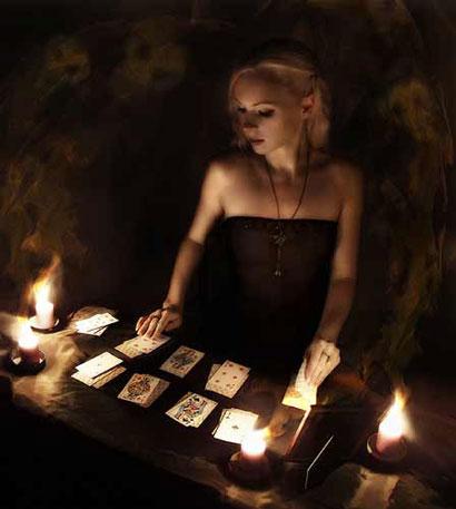 Девушка раскладывает карты