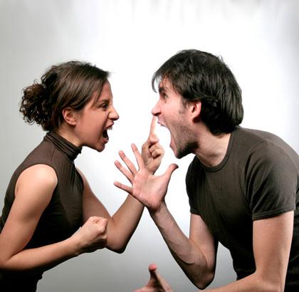 Мужчина и девушка кричат друг на друга