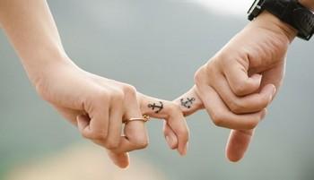 возлюбленные держатся за руки