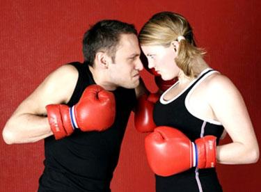 Парень и девушка в боксерских перчатках