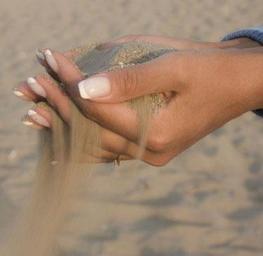 Песок сыпется сквозь апльцы