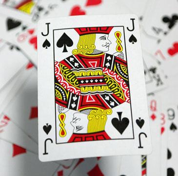 Пиковый валет над кучей игральных карт