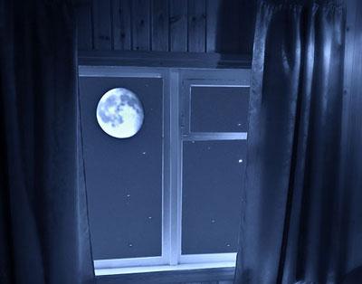 Полная луна в окне