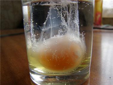 Разбитое яйцо в стакане