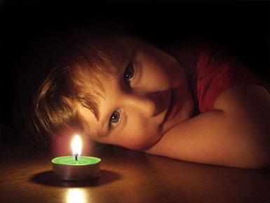 Ребенок и горящая свеча