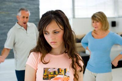 Родители ругают дочь