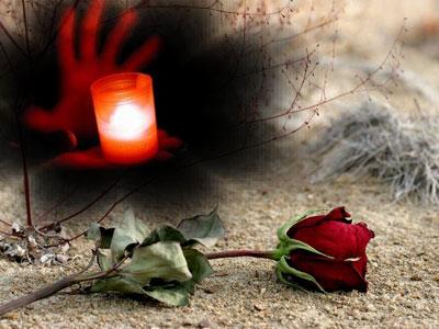 Рука держит свечу, красная роза лежит