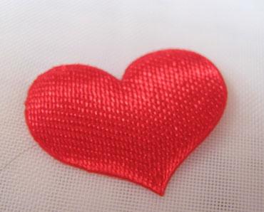 Сердечко из красной ткани