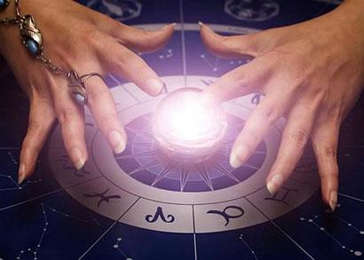 Женские руки над светящимся шаром