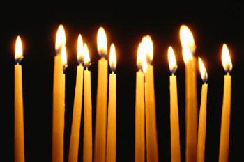 Церковные свечи горят в ряд