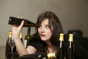 девушка заглядывает в бутылку
