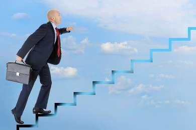 Мужчина идет вверх по лестнице